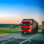 Camion qui transporte de la marchandise sur la route